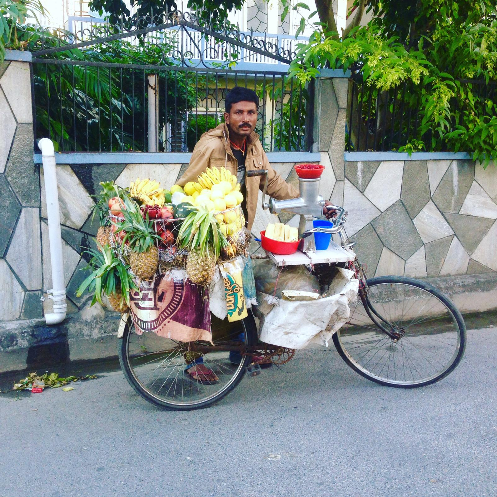 Pokhara vendeur fruits vélo